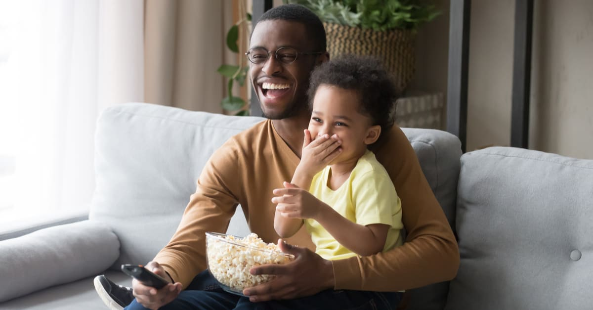 Un niño y su padre viendo películas
