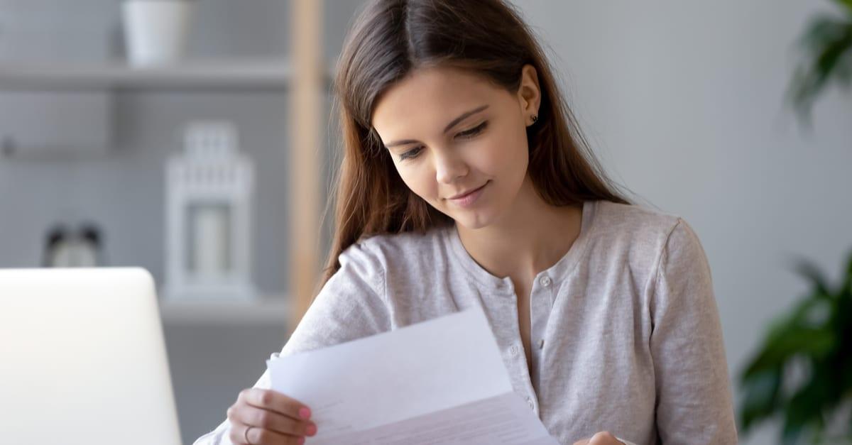 Mujer observando puntaje de crédito