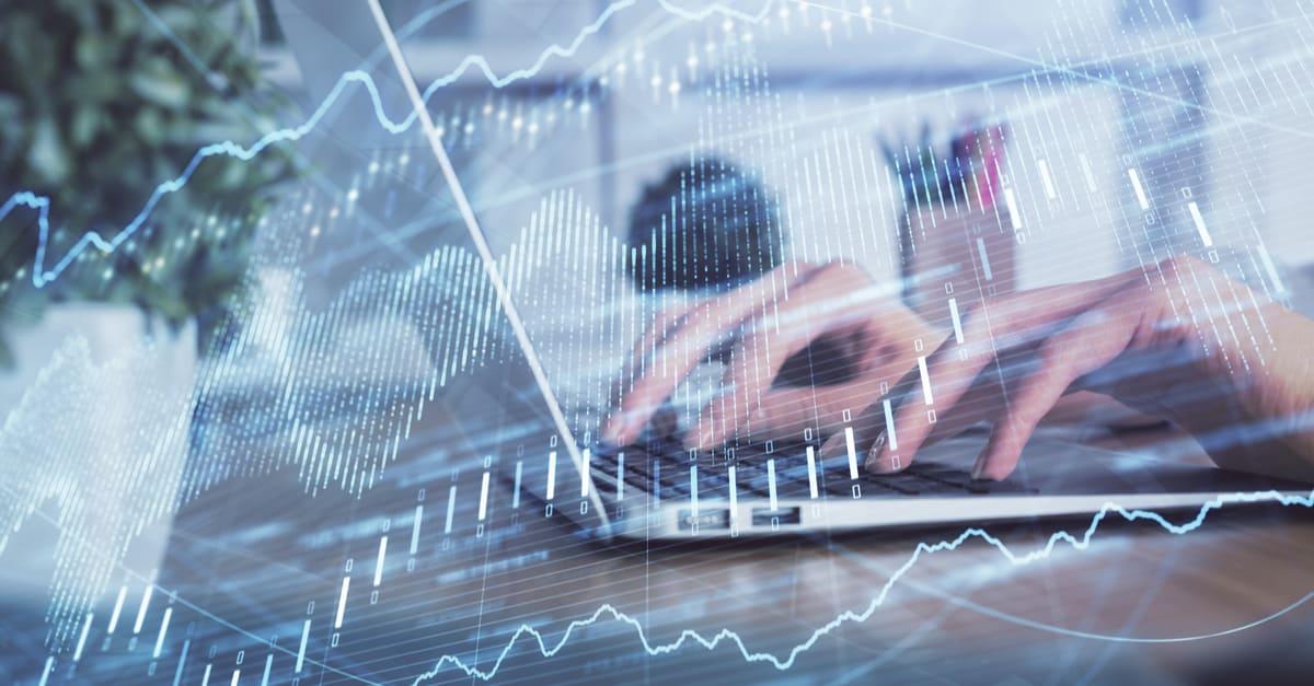 Doble exposición de las manos de la mujer que teclean en la computadora y en el dibujo del holograma de la gráfica de forex nombre de negocio