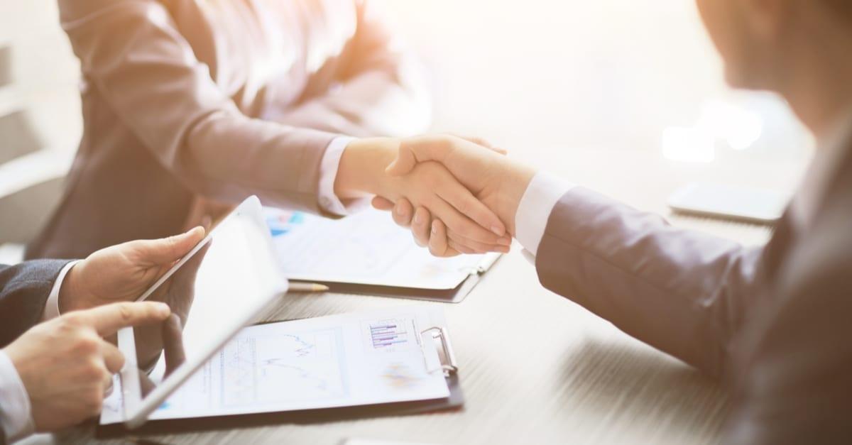 Los empresarios se dan la mano y terminan de reunirse