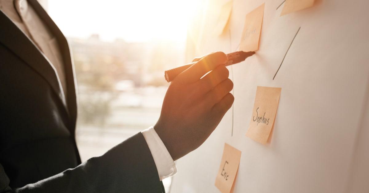 Imagen recortada de un hombre de negocios que pone sus ideas en blanco durante una presentación en la sala de conferencias