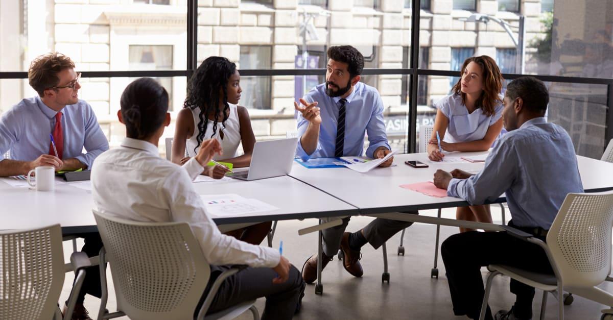 Equipo empresarial y gerente en una reunión