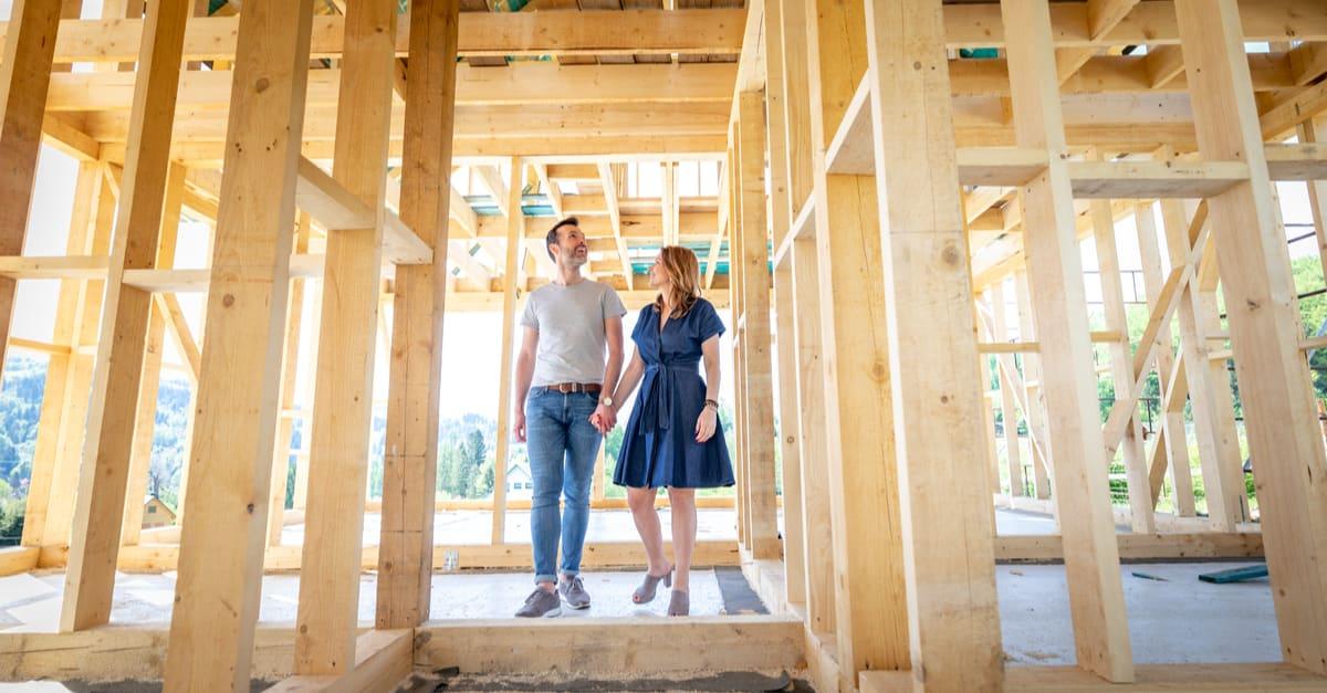 Pareja hace que sus sueños de construir su propia casa se hagan realidad visitando casa en construcción