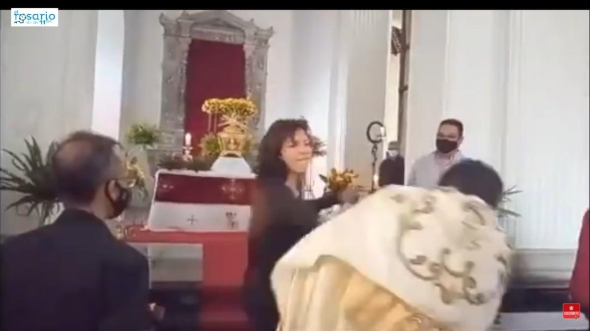 Mujer Cachetada Sacerdote