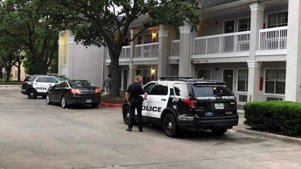 Four Hispanics escape in a Toyota RAV4 truck