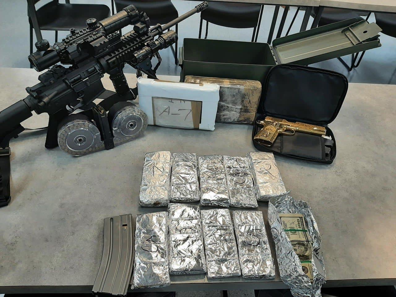 El hallazgo de la pistola, un rifle y miles de dólares