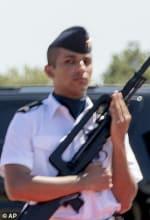 Melania deja bizcos a dos soldados franceses en la Cumbre del G7