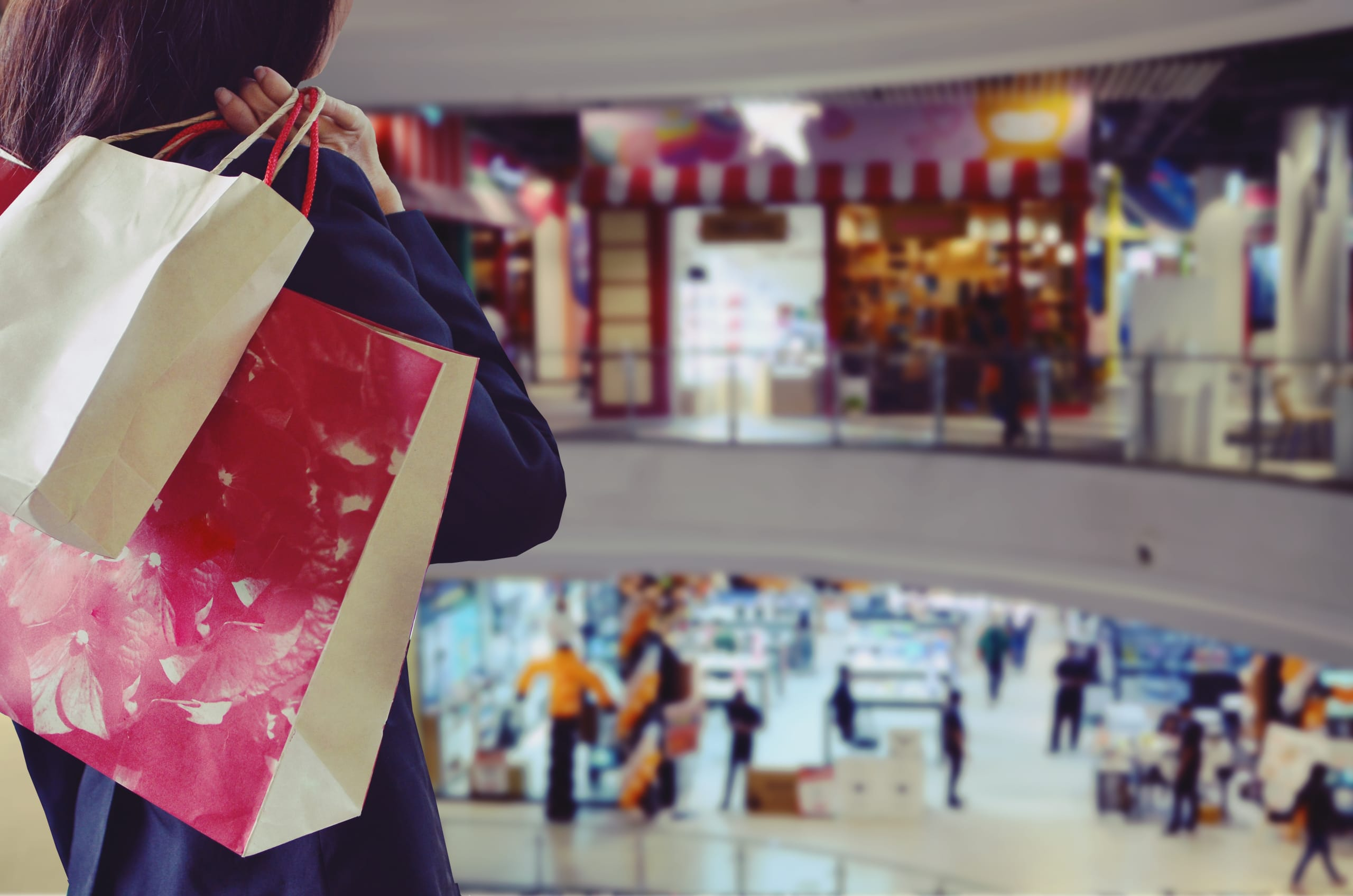 gastos deducibles irs Woman,Holding,Shopping,Bags,In,The,Shopping,Mall