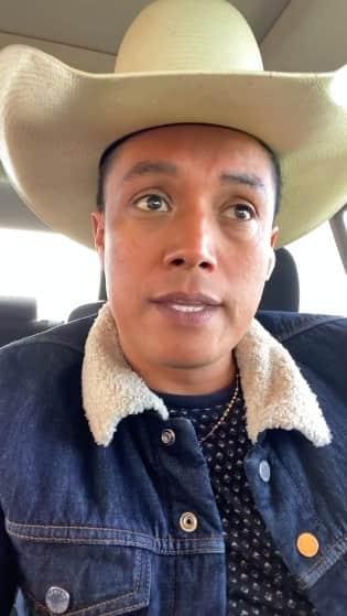 Esposa del cantante mexicano que ofendió a los pueblos hispanos no respeta su luto y lo hace llorar El Charro y la Mayrita Erik Roberto