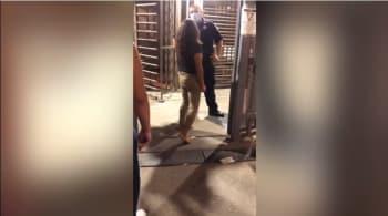 La somete y le aplica una llave en el piso; Mujer le escupe en la cara a un oficial fronterizo y él la somete