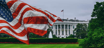 fin cheque de desempleo en 18 estados, Personas arma Casa Blanca Servicio Secreto Joe Biden