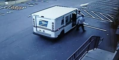Cartero tiraba correo a la basura en vez de entregarlo (VIDEO)