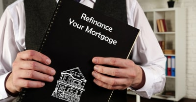 Concepto de negocio que significa refinanciar su hipoteca con una frase en el papel.