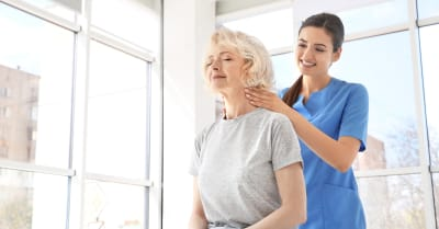 Fisioterapeuta que trabaja con pacientes ancianos en la clínica