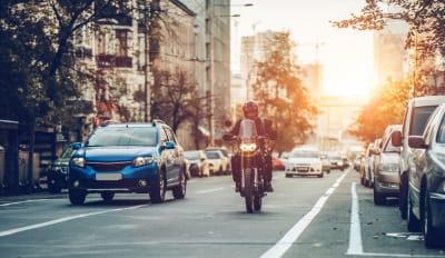 Motociclistas ayudan a una anciana