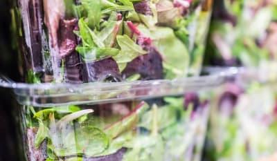 Retiran ensaladas de Walmart por brote de parásito intestinal