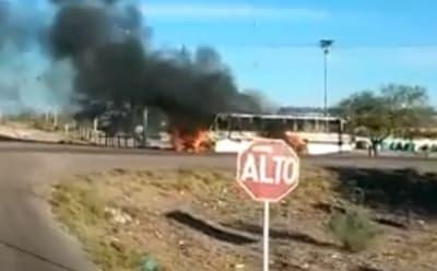 Sicarios incendian 2 camiones en zona que se disputan Caro Quintero y Los Chapitos