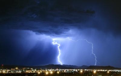 tormentas sureste Estados Unidos tornados / Alerta tornado en Florida central esta mañana de viernes