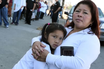 Hispanos de Arizona esperan y desesperan por segundo cheque de ayuda