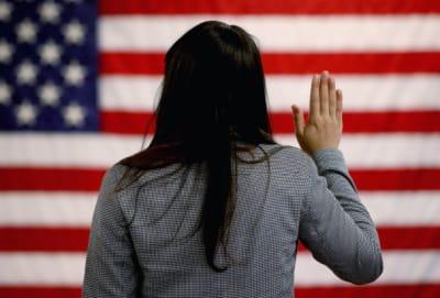 Militar hispano regresa para dar el último adiós a su madre antes de la deportación