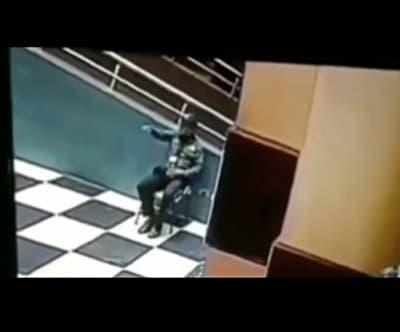 Guardia hablando con fantasma de su compañero muerto (VIDEO)