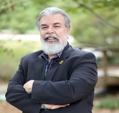 Profesor Ernesto Silva enseña español y cultura latina en Kennesaw State University