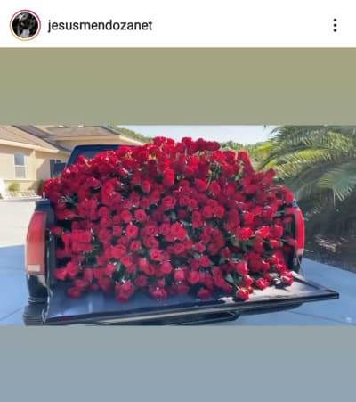 La troca negra que Jesús Mendoza le llenó de rosas rojas a Mayeli Alonso