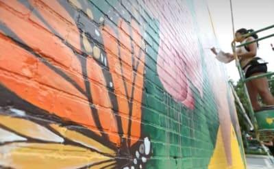 """Yehimi Cambrón, la indocumentada """"muralista de la inmigración"""" en EE.UU."""