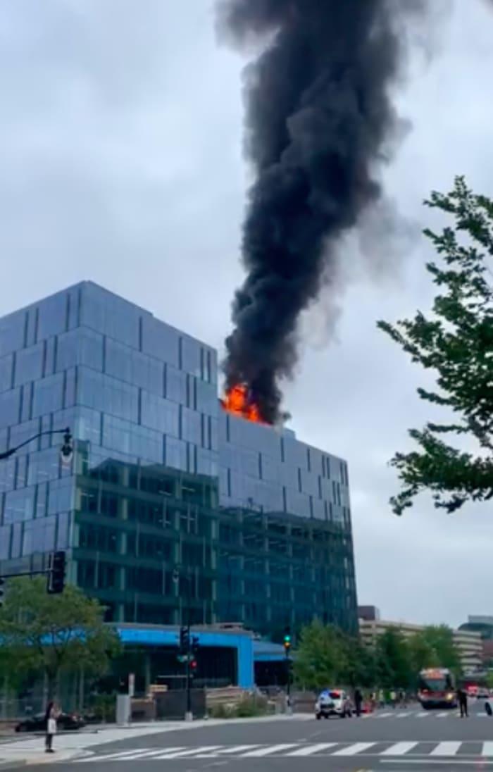 Incendio edificio cerca Capitolio: El fuego está en el tejado