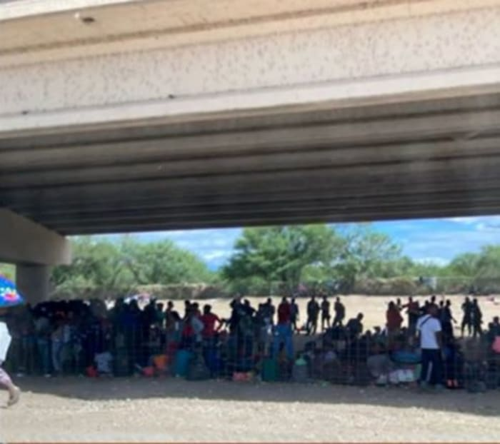 Migrantes debajo de puente
