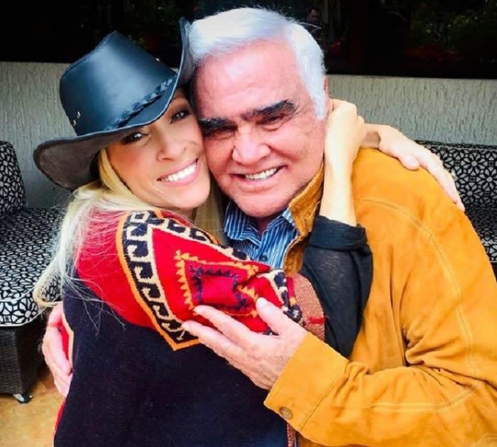 Yuri pide por la salud de Vicente Fernández