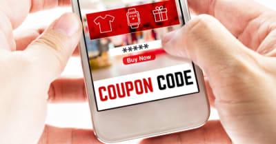 Cierre Dos manos con teléfono móvil con código de cupón y fondo de tienda borroso, concepto de marketing digital.