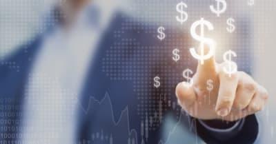 Concepto de inversión financiera internacional exitoso con una persona de negocios mostrando crecimiento, gráficos y signos de dólar, tecnología digital