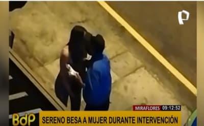 Policía besa a una mujer a la que iba a aplicarle una multa