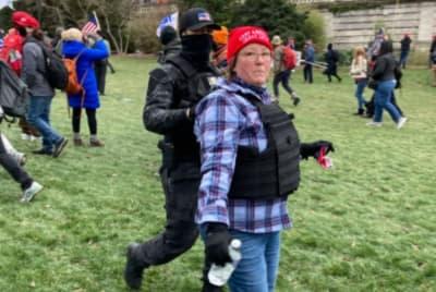 Manifestante Madre Capitolio, Eric Munchel, equipo paramilitar