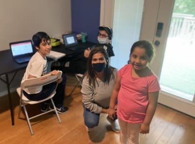 Pareja hispana ofrece información a niños especiales en Georgia