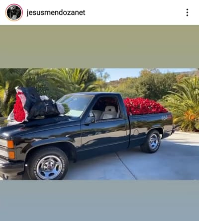 The black truck that Jesús Mendoza filled with red roses for Mayeli Alonso