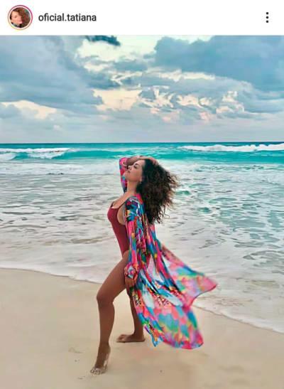 Tatiana enseña a las mujeres maduras cómo llevar un traje de baño