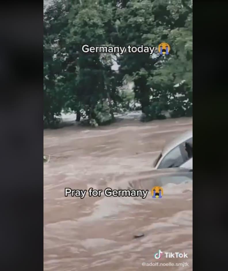 Casas enteras siendo llevadas por la corriente