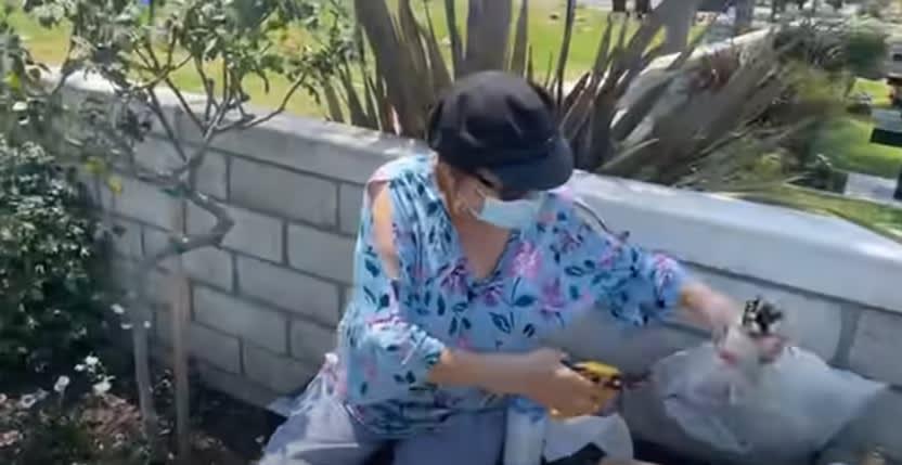 Critican a la señora Rosa por publicar todo al visitar el jardín de su hija Jenni Rivera