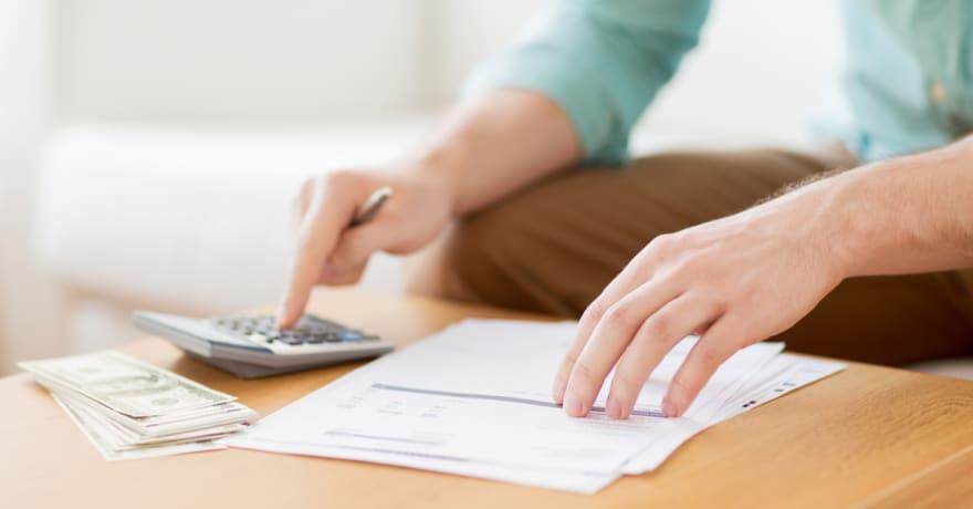 La guía de 5 pasos de Clark Howard para disminuir tus facturas mensuales