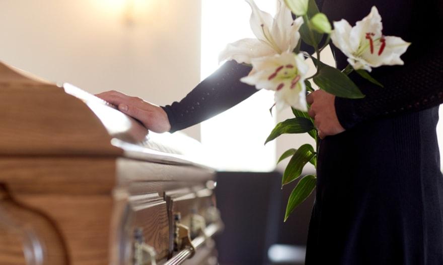 La urna se abre en pleno entierro y la familia hispana demanda al cementerio
