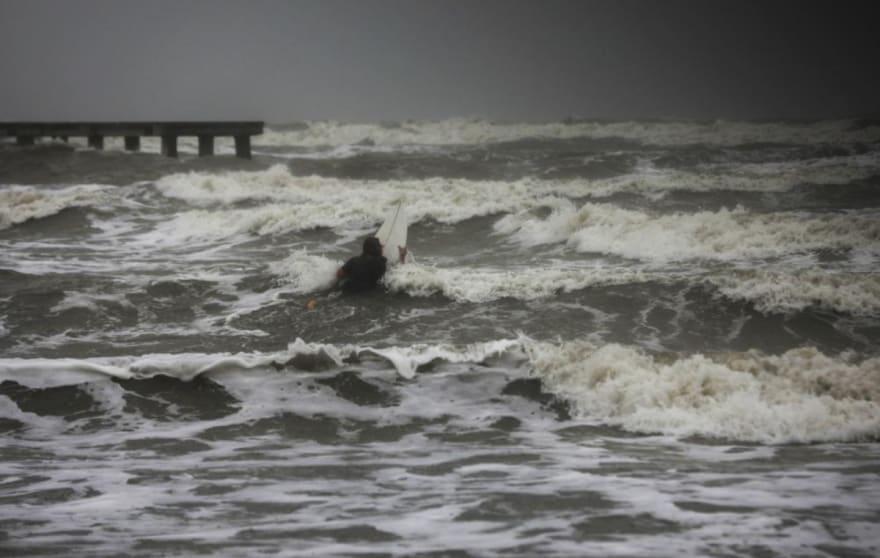 Tormenta tropical Nicholas golpea la costa de Texas y advierten inundaciones repentinas mortales