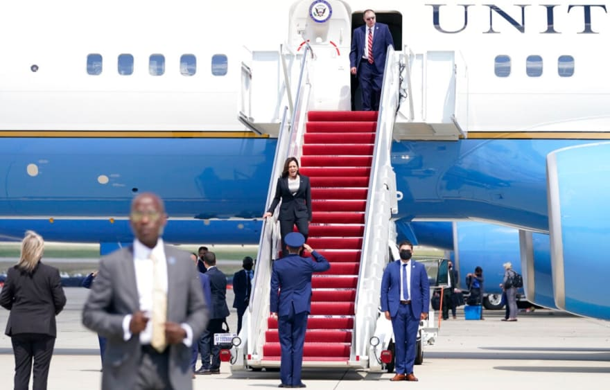 MundoNow: Avión de la vicepresidenta Kamala Harris aterriza de emergencia