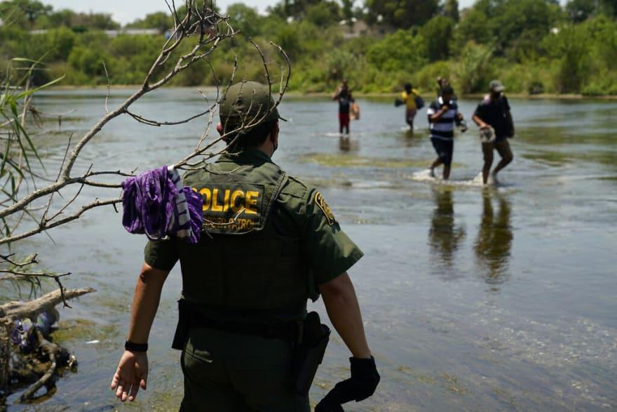 Juez libera a 220 inmigrantes, mientras la Patrulla Fronteriza captura a otros 100