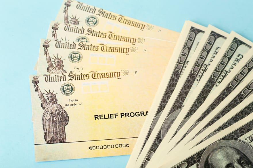 CHEQUES GOLDEN STATE. Entregan nueva ronda de pagos de cheques de $600 dólares en California e indican que las personas pueden utilizar el rastreador del Servicio de Rentas Internas (IRS) para saber dónde está su dinero. Según el gobernador Gavin Newsom, dos de cada tres californianos son elegibles para el programa de ayuda Golden State II y dijeron que en esta segunda ronda de pagos entregarían la ayuda a cerca de dos millones de personas. Entregan nueva ronda de pagos de cheques de $600 en California Foto: Shutterstock El IRS recomendó a quienes esperan su cheque de $ 600 dólares que utilicen la herramienta del IRS para rastrear sus pagos, los cuáles podrían llegar a través de depósitos directos o de cheques de papel. Esta última opción podría demorar más en llegar. Para saber dónde está su dinerodebe visitar la página del IRS e ingresar a la herramienta Obtener mi pago. Allí podrá averiguar si el IRS envió un cheque pasa usted, cuándo, de cuánto y cuál método de pago utilizaron, informó The Sun. ¿Cómo solicitar mi ayuda Golden State? FOTO Shutterstock Las autoridades informaron que aproximadamente unos dos millones de cheques de estímulo de $ 600 más fueron emitidos el 17 de septiembre, por lo que tendrían que haber llegado a manos de los residentes elegibles en California esta semana, informó The Sun. ¿No ha recibido su cheque? Aun puede solicitarlo, pero antes debe confirmar si es elegible. El primer requisito para calificar para el segundo cheque de Golden State es presentar una declaración de impuestos 2020 antes del 15 de octubre de 2021. Requisitos para recibir el cheque de $600 Foto: Shutterstock Por supuesto, también tendrá que cumplir con otros requerimientos para recibir el pago, como haber sido residente del estado de California por más de la mitad del año fiscal 2020 y estar dentro de la jurisdicción al momento en que se emita el pago. Otro de los requisitos para la elegibilidad es el ingreso bruto en California. Todo aquel que haya declarado un ingre