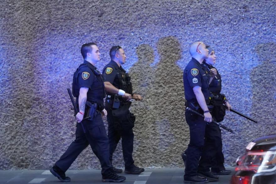 Policías durante operativo