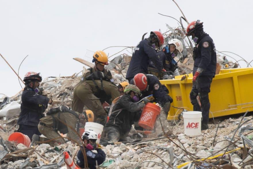 Rescatan a dos niñas de entre escombros de edificio en Miami