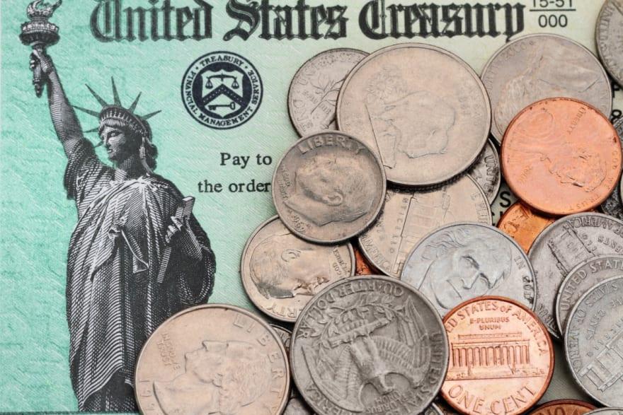 Comienzan a mandar cheques de $1000 dólares a maestros en EEUU