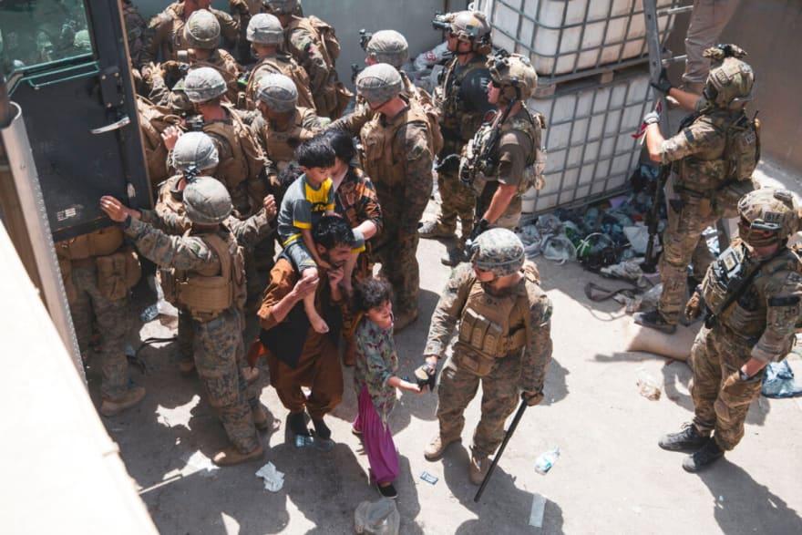 Mientras talibanes controlan el territorio, EEUU sigue evacuando a su gente y a los aliados